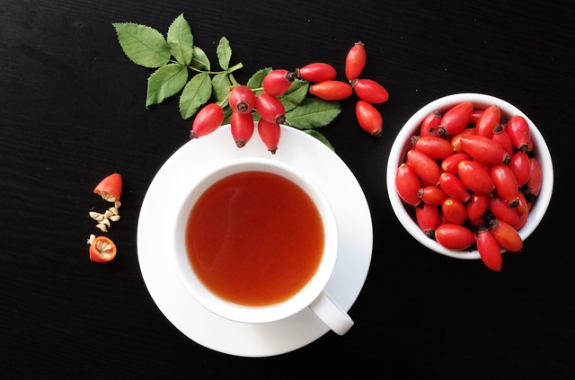 Šípky a čaj na stole