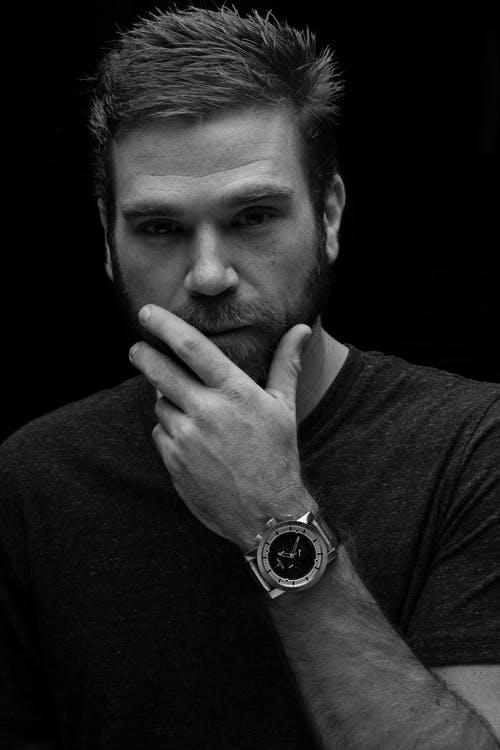 muž s hodinkami