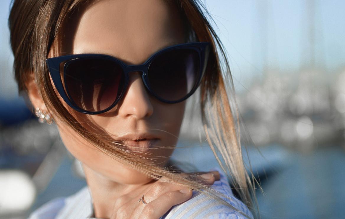 sluneční brýle a žena