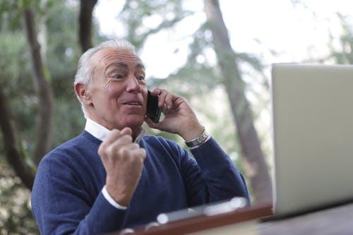 starší muž telefonu